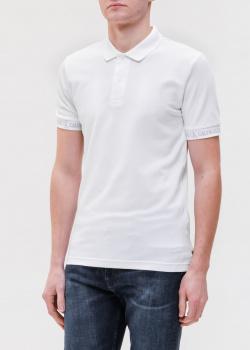 Белое поло Calvin Klein с фирменными надписями, фото