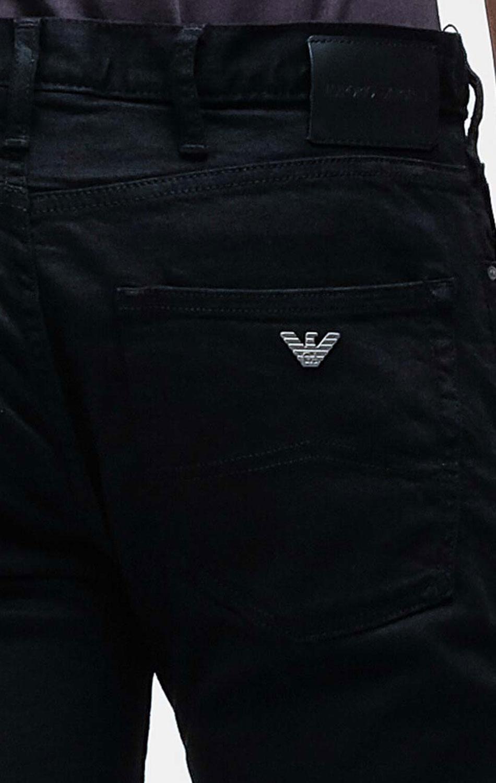 Черные джинсы Emporio Armani с брендовым декором