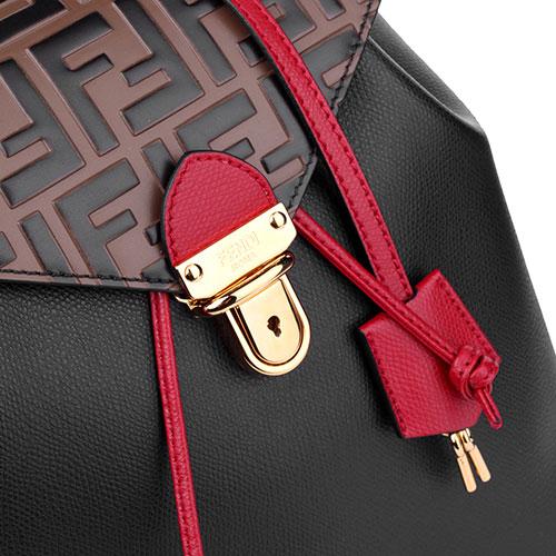 Черный рюкзак из зернистой кожи Fendi с тисненым клапаном коричневого цвета, фото