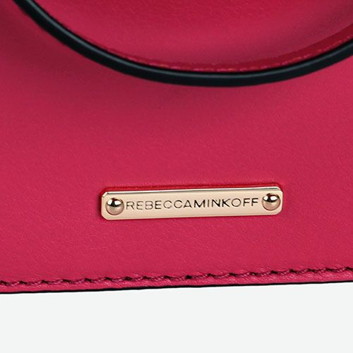 Миниатюрная сумочка Rebecca Minkoff цвета фуксии с металлическим декором на клапане, фото