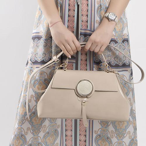 Бежевая сумка Gilda Tonelli с металлическим декором, фото
