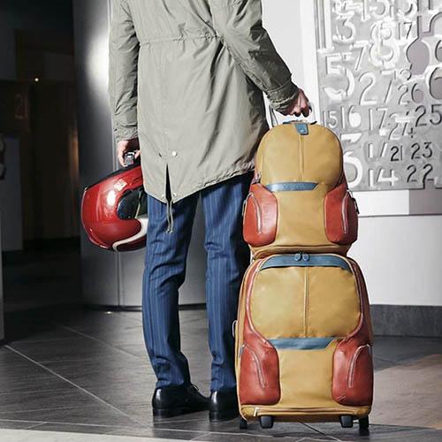 Оранжевый кожаный рюкзак Piquadro Coleos с отделами для ноутбука и планшета, фото