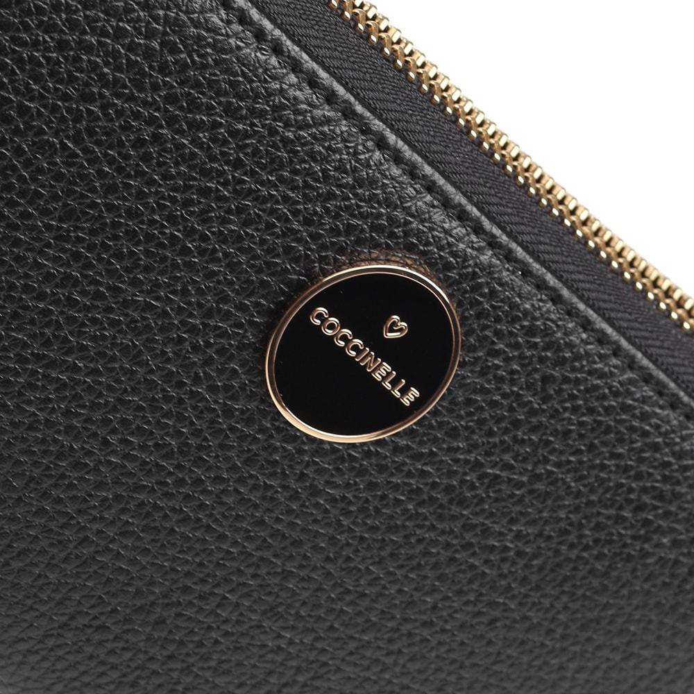 Женское портмоне Coccinelle с фирменной шильдой