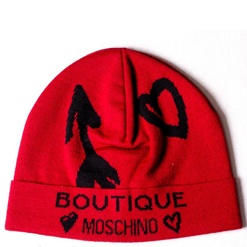 Красная шапка Boutique Moschino с черными сердцами