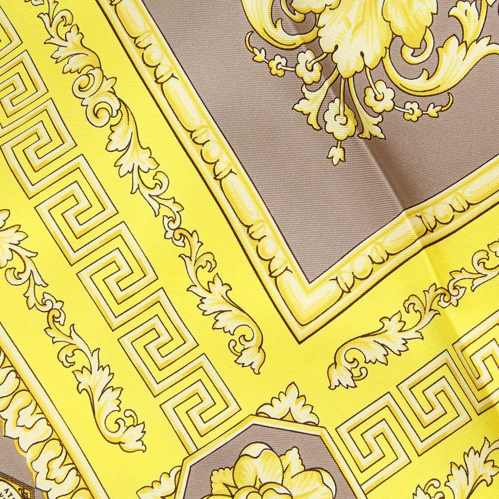 Платок Versace серого цвета с желтым брендовым рисунком