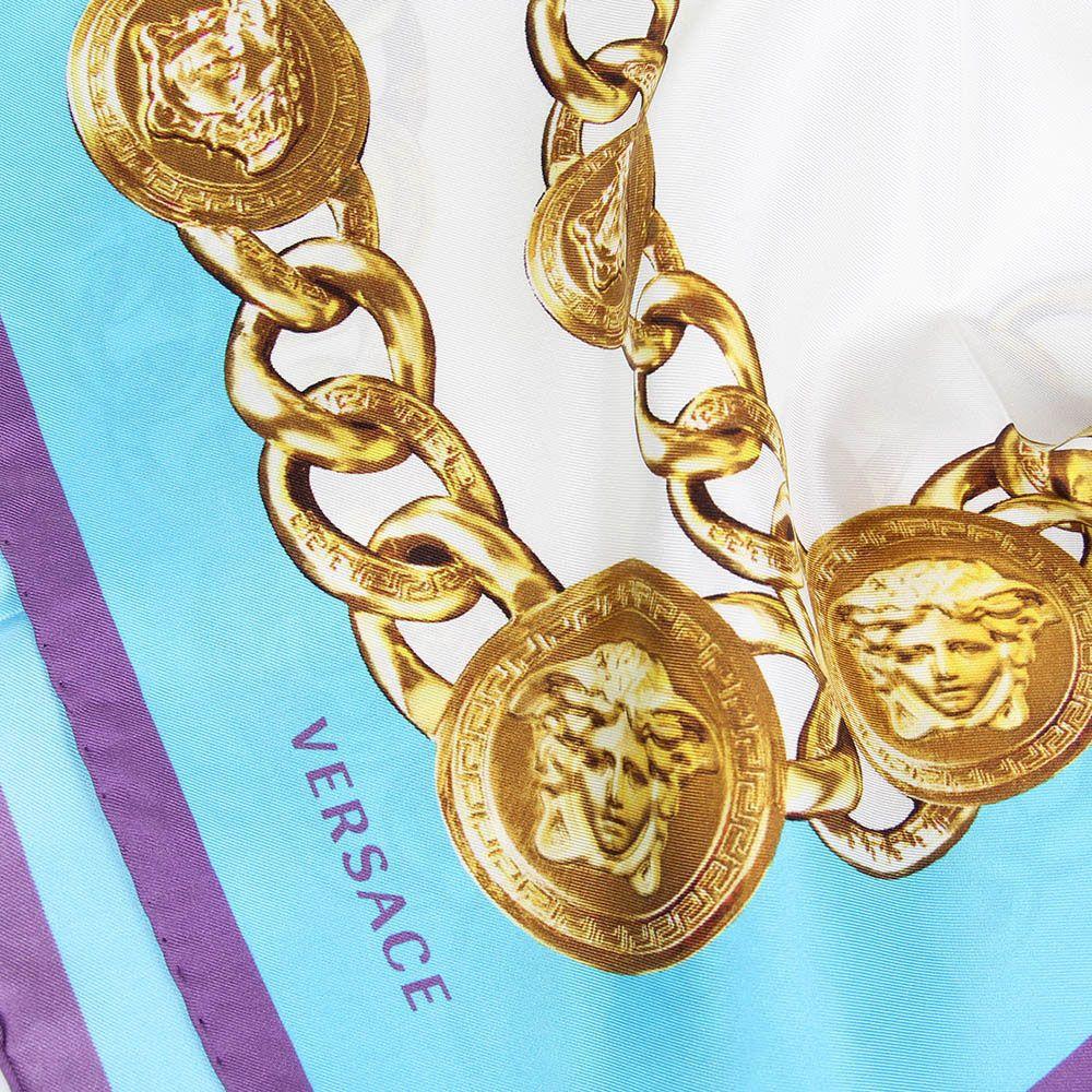 Яркий платок Versace с изображением брендовых элементов