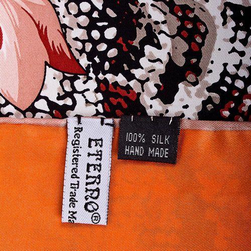 Шелковый платок Eterno оранжевый с повторяющим рисунок шкуры рептилии бордовым принтом, фото