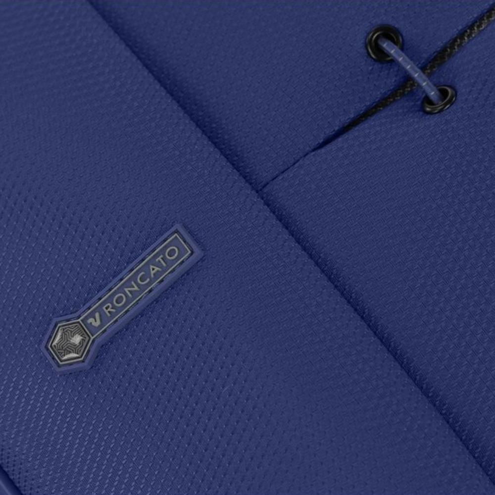 Среднего размера синий чемодан 67x44x27-31см Roncato Ironik закрывается на молнию