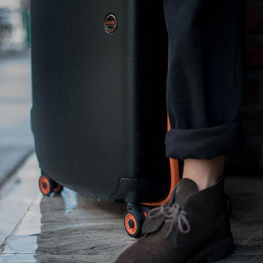 Черный чемодан 45,5x66,5x27см Lojel Nimbus среднего размера на колесиках с цветным кантом