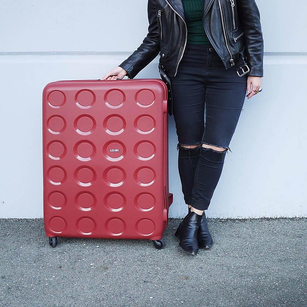 Большой вместительный чемодан 55,8x80x34,5см Lojel Vita красного цвета с тисненными кругами