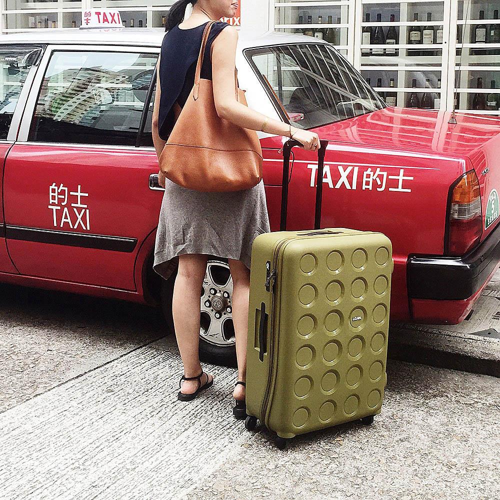 Большой зеленый чемодан 49х70,4х29,3см Lojel Vita с тиснением на прорезиненных колесиках