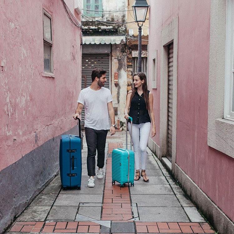 Средний чемодан 43,6x64,8x26,8см Lojel Octa 2 синего цвета с матовым покрытием на защелках