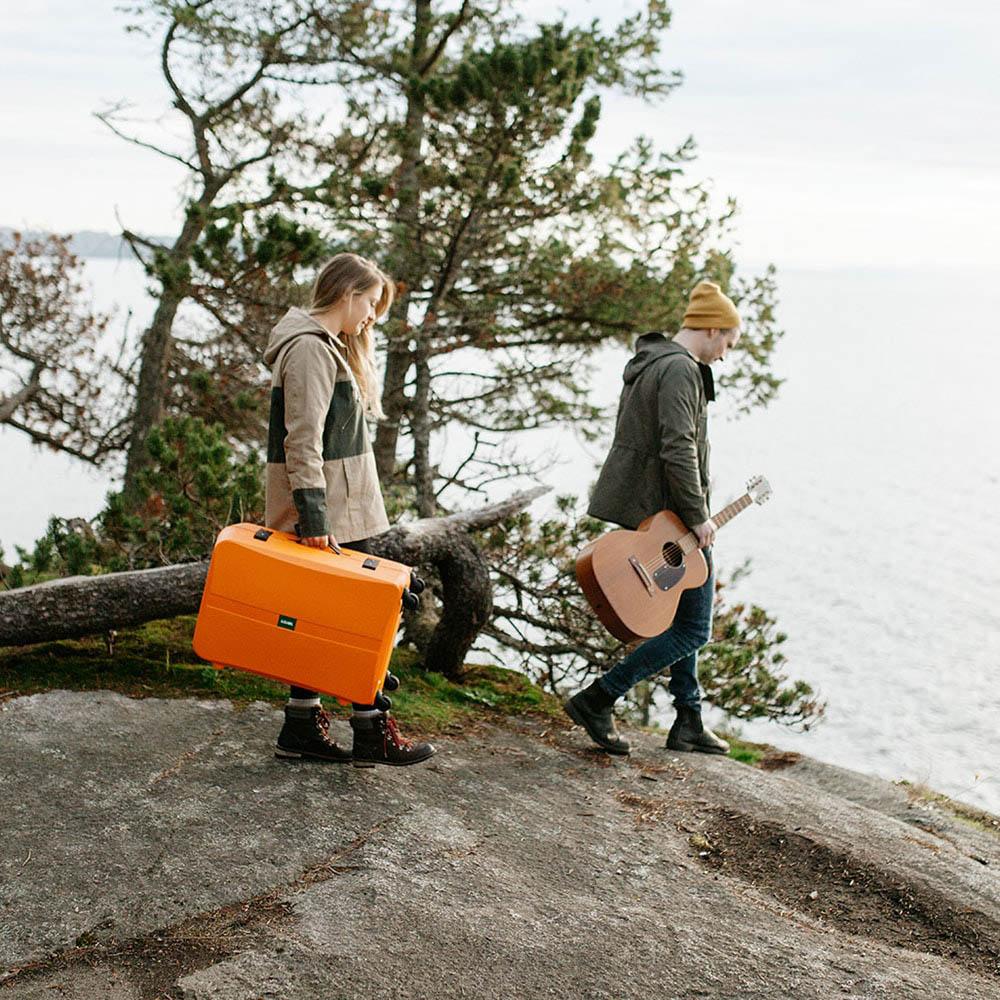 Оранжевый чемодан 43,6x64,8x26,8см Lojel Octa 2 с матовым покрытием среднего размера