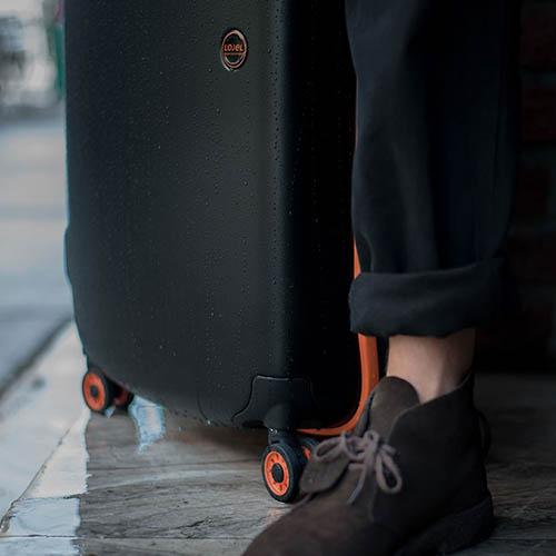 Черный чемодан 45,5x66,5x27см Lojel Nimbus среднего размера на колесиках с цветным кантом, фото